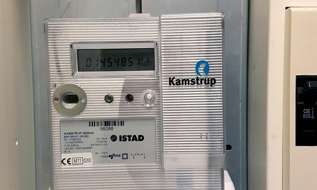 AUTOMATISK MÅLER: I utgangspunktet måler den strømforbruket og sender data videre til en sentral database. Men mulighetene er langt fler. Måleren på bildet er en eldre type enn de som blir installert i dag. Foto: Privat