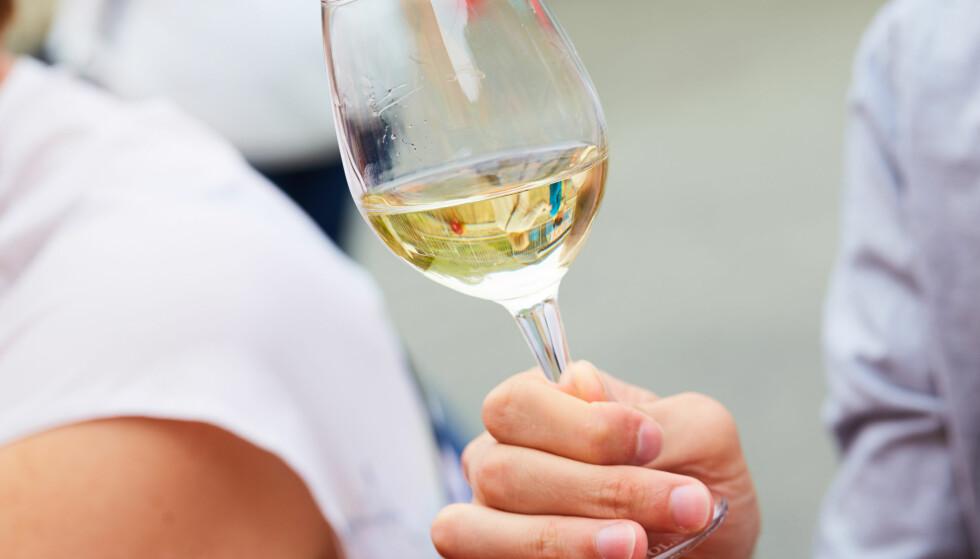 VINFEIL? Lukt kan ofte røpe om det er noe galt med vinen. Foto: NTB Scanpix