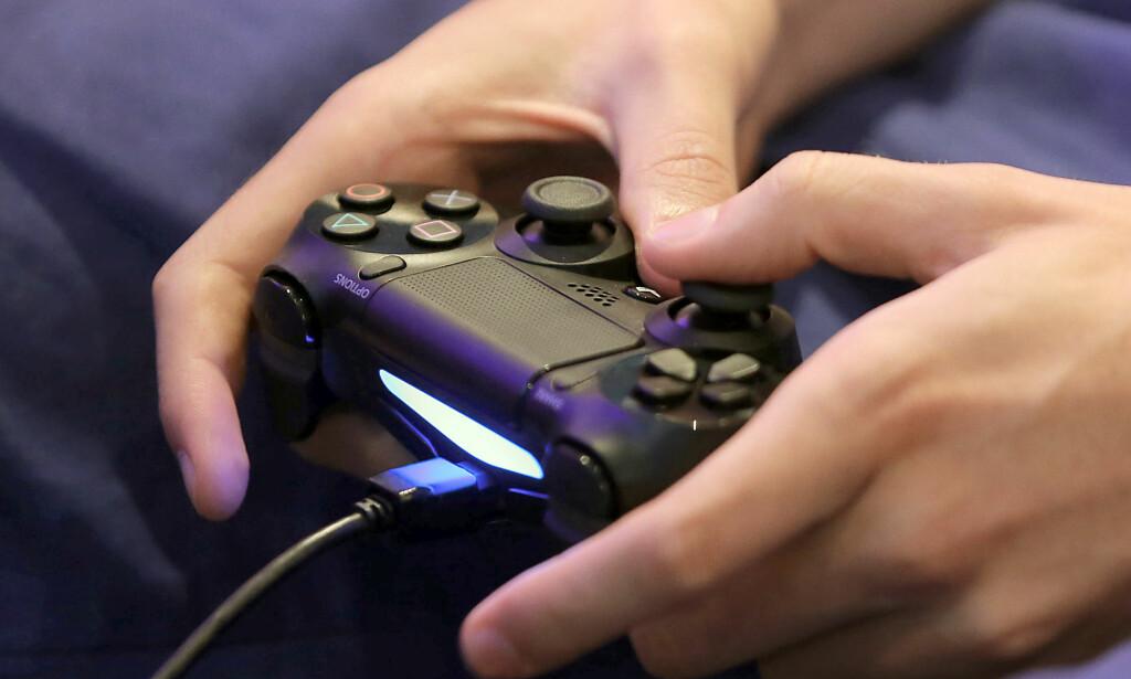 NY OPPDATERING: I den nye 4.50-oppdateringen til PlayStation 4, får konsollen støtte for ekstern lagring og 3D-filmer via Playstation VR. Foto: Oliver Berg / AFP / NTB Scanpix