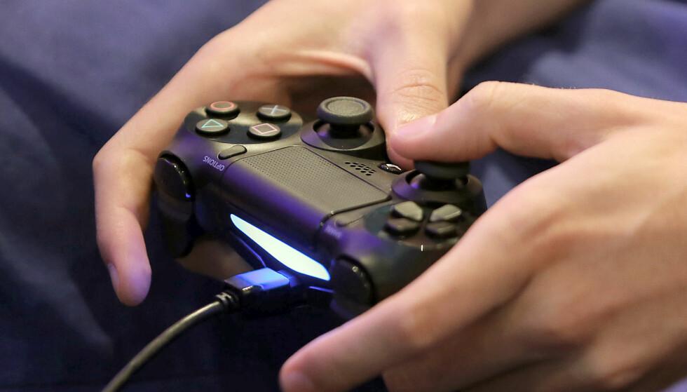 <strong>NY OPPDATERING:</strong> I den nye 4.50-oppdateringen til PlayStation 4, får konsollen støtte for ekstern lagring og 3D-filmer via Playstation VR. Foto: Oliver Berg / AFP / NTB Scanpix