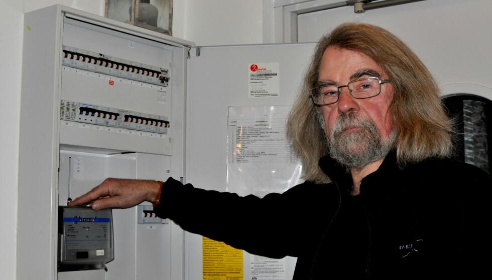 BEHOLDER DEN GAMLE: Einar Flydal får ubehag av trådløse nettverk. Derfor slipper han å få installert ny strømmåler. Foto: Tore Neset