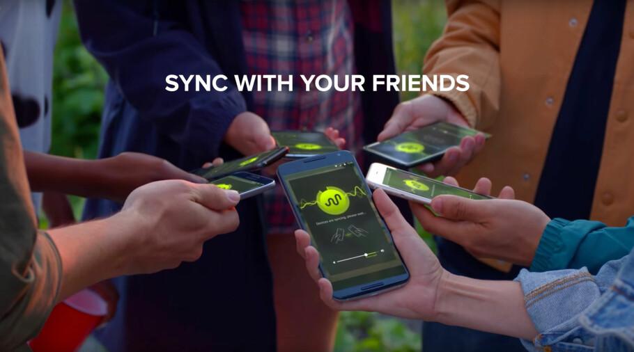 SPILL DET SAMME: AmpMe lar deg koble sammen et vilkårlig antall mobiltelefoner og Bluetooth-høyttalere slik at de spiller likt. Foto: AmpMe/YouTube