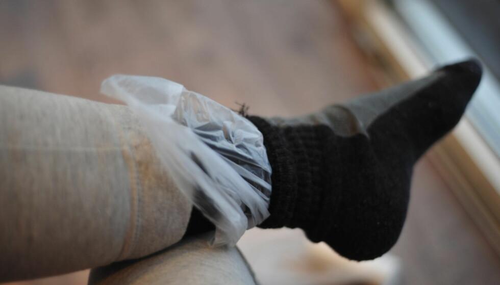POSE PÅ FOTEN! Bruk en pose som dampsperre mellom innersokk og yttersokk. Foto: Kristin Sørdal