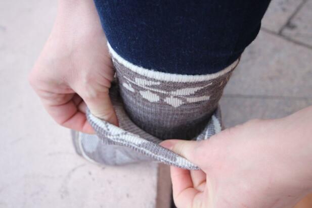 DOBBEL SOKK KAN VARME: En tynn ullsokk innerst og en varmende sokk i ullfrotté ytterst, kan også hjelpe deg til varme føtter vinterstid. Foto: Kristin Sørdal