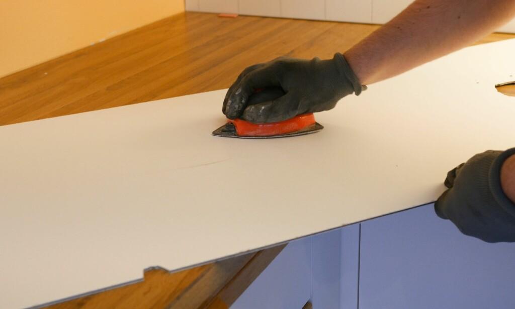 PUSS: Gi baksiden en litt røffere overflate ved hjelp av sandpapir. Bruk gjerne en pussekloss for å gjøre arbeidet enklere. Når siden er pusset får limet bedre feste. FOTO: Simen Søvik