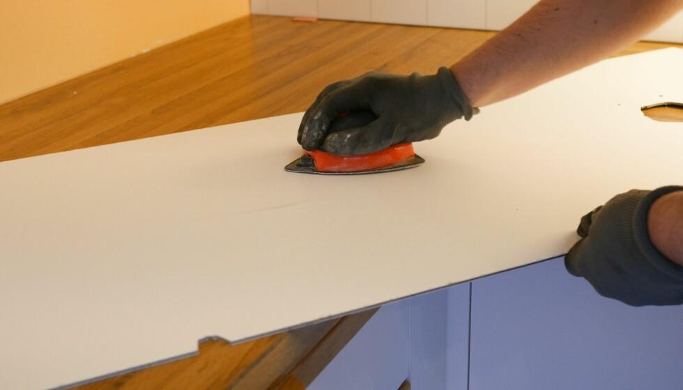 <strong>PUSS:</strong> Gi baksiden en litt røffere overflate ved hjelp av sandpapir. Bruk gjerne en pussekloss for å gjøre arbeidet enklere. Når siden er pusset får limet bedre feste. FOTO: Simen Søvik