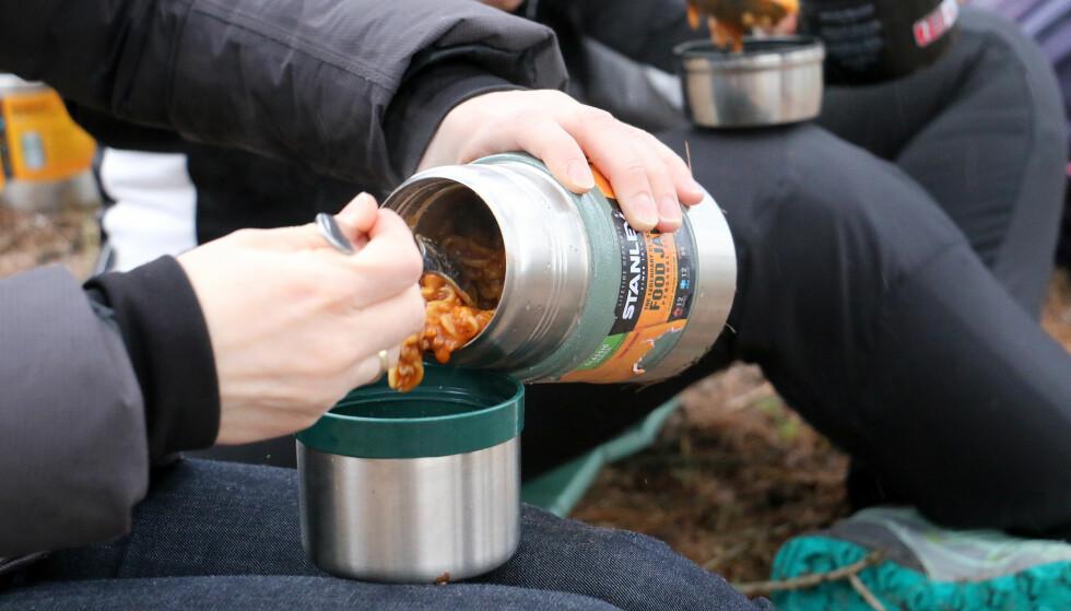 VI HAR TESTET MAT-TERMOSER: For deg som liker å spise varm mat på tur, er en mat-termos et godt alternativ. Foto: Ole Petter Baugerød Stokke