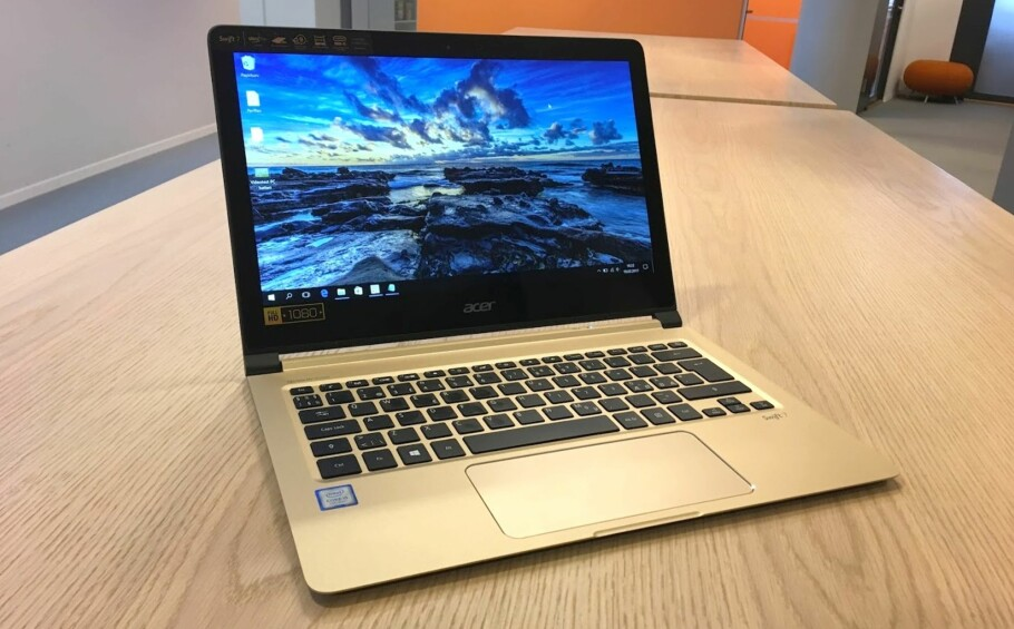 SMYKKE: Med et kabinett i gull og sort henvender Acer seg til deg som er opptatt av stil - og kanskje mer stil enn funksjon. Men Acer Swift er definitivt en god PC. Foto: Bjørn Eirik Loftås