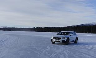 PÅ GLATTA: Stabilitet og elektroniske hjelpere gjør Volvoen til en real vinterbil. Foto: Eric Røkeberg