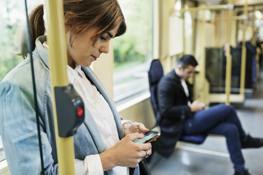 <strong>PERIODESURFER:</strong> Bruker du mye mobildata én måned, og mindre en annen? Da kan datarulling være fint å ha, som overfører ubrukt data fra én måned til den neste. Foto: Maskot / NTB Scanpix