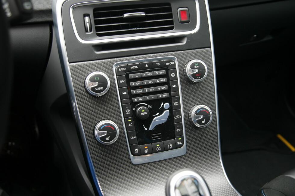 FRA FORTIDEN: V60 har noen år på baken og må fortsatt nøye seg med Volvos gamle layout i midtkonsollen. Litt rotete med alle knapper på et sted, hvertfall til man har lært seg plasseringen. Foto: Rune M. Nesheim