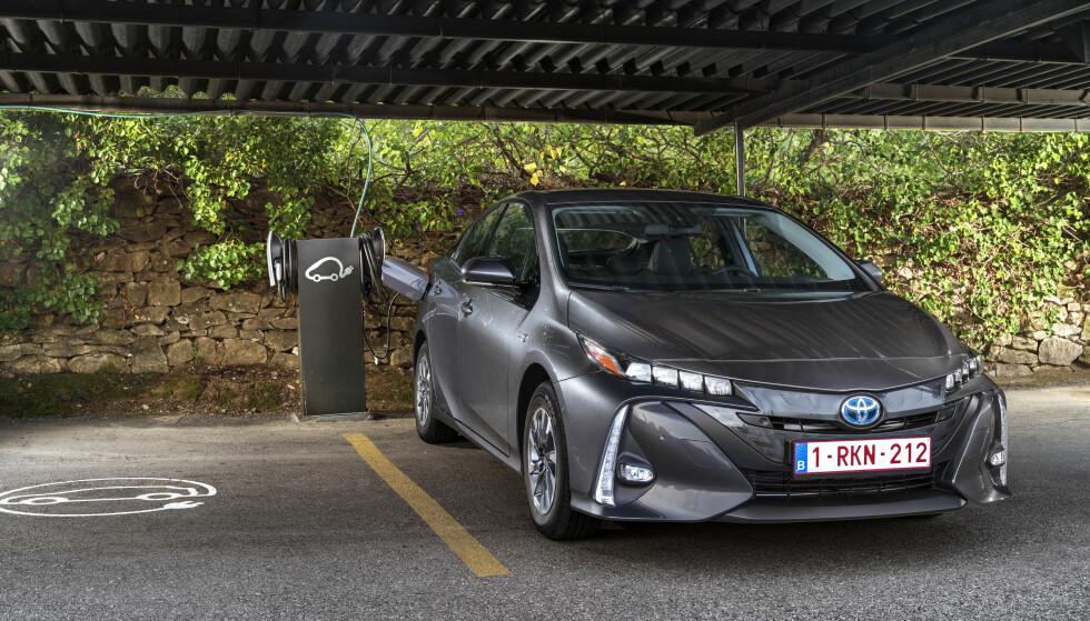 PLUGGET INN: Toyota var tidlig ute med en ladbar Prius, men den hadde kort el-rekkevidde. Det bøter de på til gangs nå og får lengst rekkevidde på ren strøm i klassen. Men batteriet stjeler bagasjeromsplass. Foto: Sebastien Mauroy