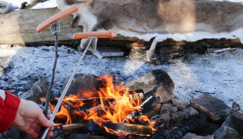 Egen pinne: Vi brukte en kvist som lå og slang på bakken, til å feste grillgaffelen på. Foto: Hanna Sikkeland