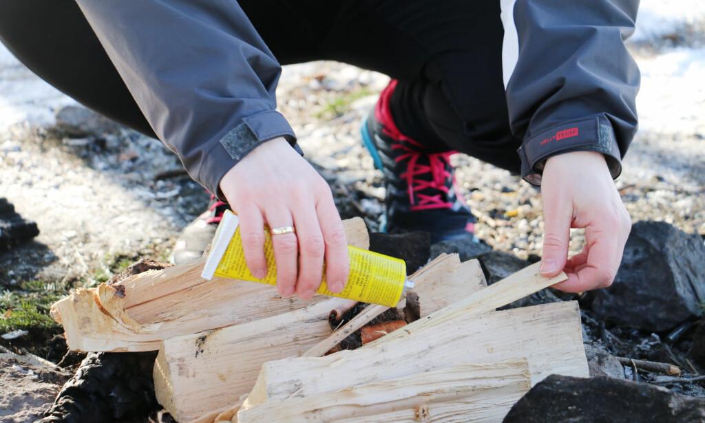 TENNE BÅL: VI har prøvd om tennpasta er tingen for å få fyr på bålet. Foto: Hanna Sikkeland