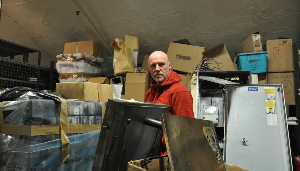 PÅ LAGER: Rune Nielsens hverdag består av elektrisk utstyr som av ulike grunner har begynt å brenne. (Logoer på merkevarer er skravert ut) Foto: Tore Neset