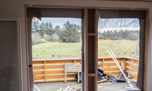 RENS: Om du fjerner et gammel vindu bør du ta vekk alt som henger igjen. Skal du sette inn nytt vindu der det ikke har vært vindu før, må du sette opp stendere og bærebjelker. Åpningen bør være noen centimeter større enn vindusrammen. FOTO: Simen Søvik