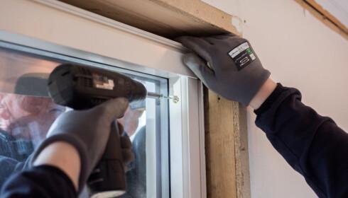 TOPP: Start med å skru inn i toppen. Deretter sjekker du at vinduet henger i vater før du skrur inn resten. FOTO: Simen Søvik