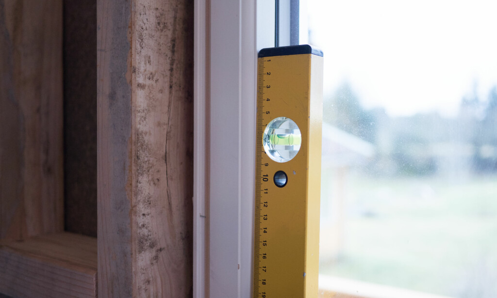 VATER: Dobbeltsjekk gjennom hele prosessen at vinduet henger i lodd. FOTO: Simen Søvik