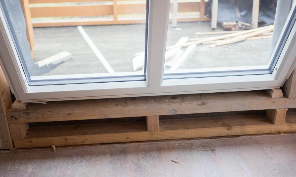 PLASS: Vipp vinduet på på plass. Det kan være en fordel å feste noen planker på utsiden eller være en ekstra person som ser til at vinduet ikke faller ut. FOTO: Simen Søvik