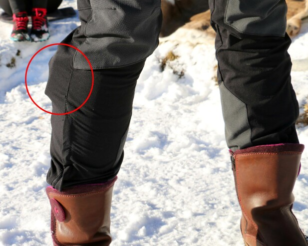 HEI, HVA HAR DU I BUKSA? Batteriesken sitter oppe ved knærne, og vanskeliggjør bruk av endel bukser. Det er i tillegg ganske ukomfortabelt i lengden, og er noe begrensende for fysisk aktivitet. Foto: Hanna Sikkeland