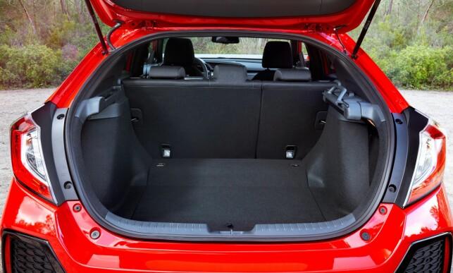 ROMSLIG: Avhengig av utstyrsnivå rommer bagasjerommet med alle seterygger oppreist fra 420 til 478 liter. Uansett er det veldig bra i denne klassen. Foto: Honda