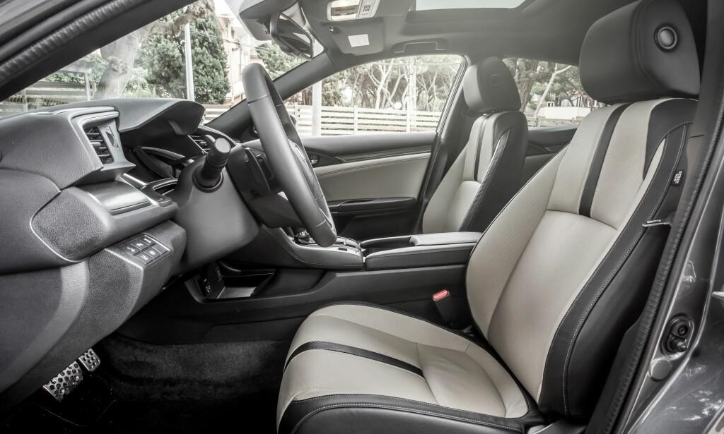 LAVERE: Den som liker å sitte høyt, velger en crossover som HR-V eller en CR-V. I nye Civic sitter du lavt, nærmest i ett med veien, noe som forsterker den sportslige følelsen. Foto: Honda