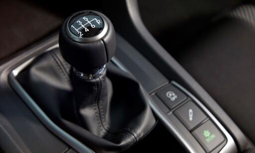 SPORTY: Den kortstegete og rimelig presise manuelle girspaken passer bilen godt. Legg merke til demper-knappen til høyre med mulighet for å velge strammere oppsett. Foto: Honda