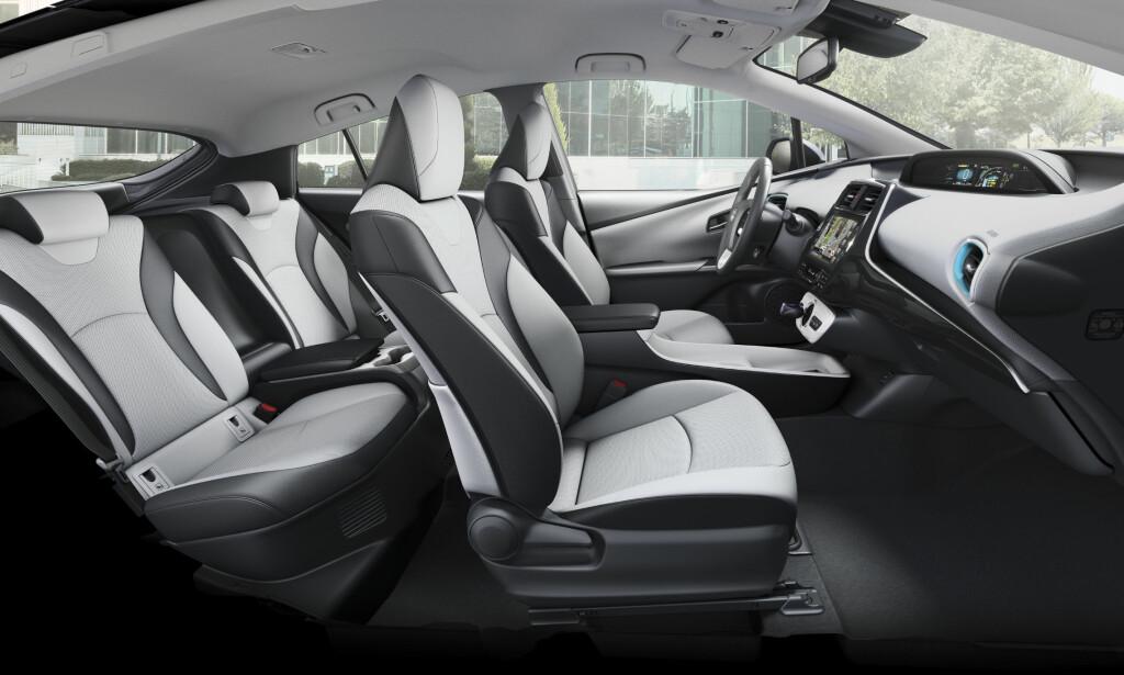 BEST FORAN: Foran er det luftig og romslig, og godt utsyn forover. Bak er det trangere og litt snaut med hodeplass. Foto: Toyota
