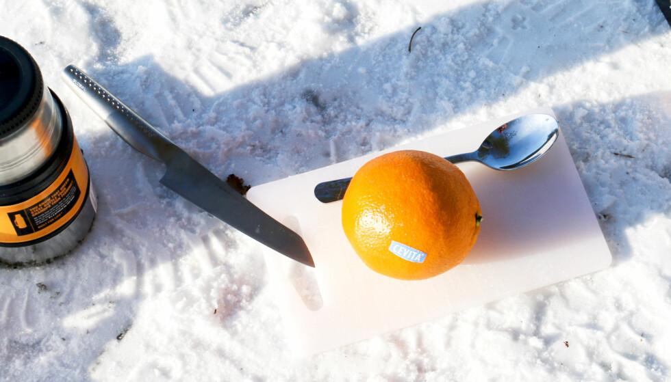 ENKELT: Å lage sjokolade- og appelsinmuffins i skogen, er både enkelt og godt. Foto: Kristin Sørdal.