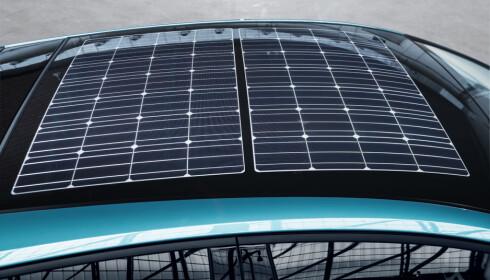 OPPTIL 100 MIL EKSTRA I ÅRET: I solrike strøk kan en ivrig bilist få generert solenergi nok til fem kilometer rekkevidde på en dag, via disse solcellene på taket. Foto: Toyota