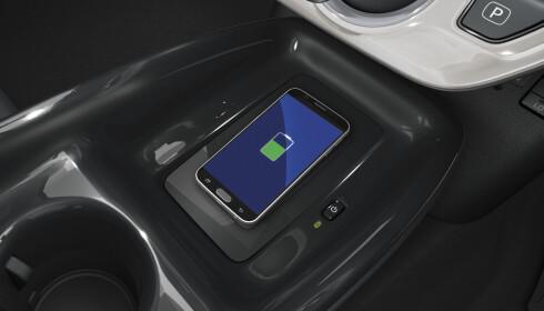 TRÅDLØS: Lading av mobil i midtkonsollen. Foto: Toyota