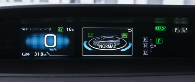 OVERSIKT: Digitalt instrumentpanel i synsfeltet øverst på dashbordet. Foto: Toyota