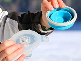 SAMMENLAGT: Så liten kan den bli. Lokket gjør at du også kan bruke koppen til andre ting - som å plukke bær i om sommeren. Foto: Hanna Sikkeland