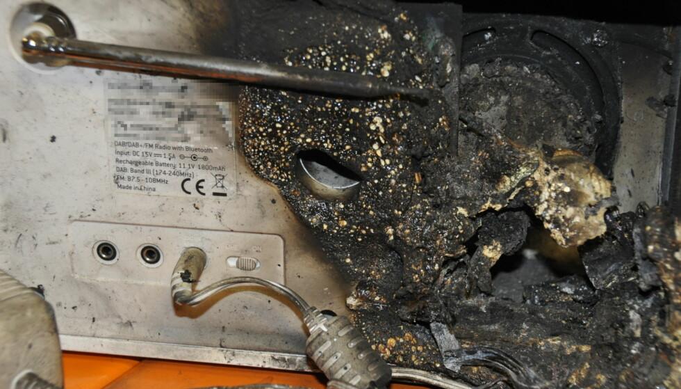 DAB-BRANN: Også andre DAB-radioer enn Pinell kan brenne. Pris og merkevarens rykte har liten betydning, ifølge Rune Nielsen hos Gjensidige (merket er fjernet). Foto: Tore Neset