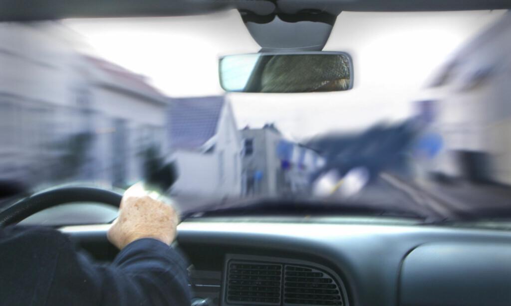 HØYERE SATS: Satsene for å kjøre for fort har blitt hevet med nærmere 30 prosent fra nyttår. Nå kan du få opptil 10.400 kroner i bot om du råkjører. FOTO: SCANPIX