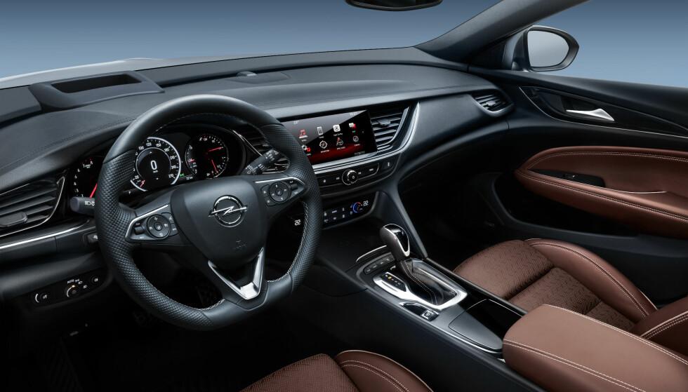 SER SNASENT UT: Å dømme ut fra pressebildene er interiøret i Opel Insignia storbilklassen verdig og med ett ser forrige Insignia noe gammelmodig ut. Foto: Opel