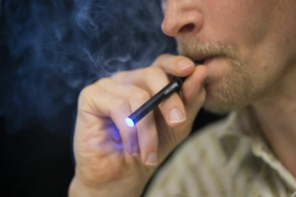 INFORMERER IKKE GODT NOK: FreeSmoke er er abonnement på e-sigaretter, men det er det mange nordmenn som ikke får vite, eller ikke får med seg. Myndighetene mener tjenesten bryter loven. Illustrasjonsfoto: Berit Roald / NTB Scanpix