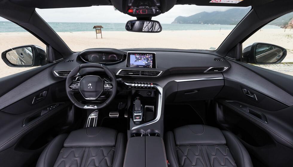 Svært praktisk: Den nye i-Cockpit'en til Peugeot er svært ergonomisk og visuelt moderne. Et stort pluss for setene også. Foto: Produsenten