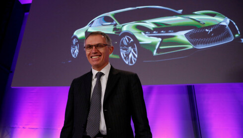FORNØYD: Carlos Tavares er styreformann for den franske bilprodusenten PSA Peugeot Citroen og her ser vi ham på pressekonferansen den 23. februar der han kunne annonsere rekordfortjeneste for selskapet i 2016. I 2013 var de på randen av konkurs. Foto: REUTERS/Gonzalo Fuentes