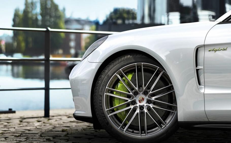 VANVITTIG FAMILIEBIL: Nye Porsche Panamera Turbo S e-Hybrid et firedørs, fireseters og firehjulsdriftet monster som også tenker på miljøet. Foto: Porsche