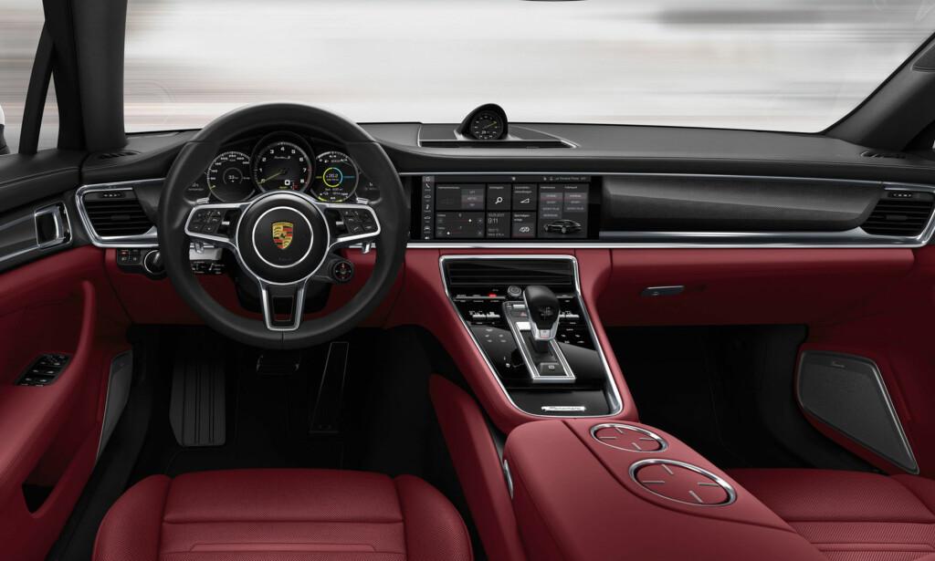 LEKKERT: Det er lite å utsette på cockpiten i nye Panamera. Legg spesielt merke til den store berøringsskjermen og midtkonsollen. Foto: Porsche