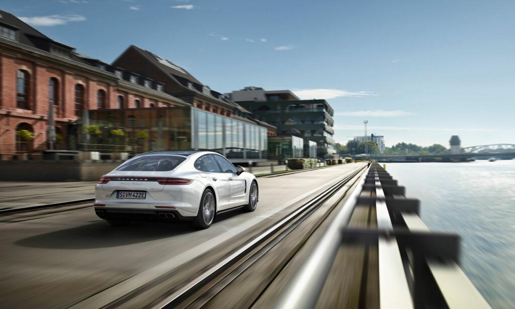 NY BAK: Nye Panamera har fått en noe mer sporty bakende. Her er den nye, utfellbare spoileren nede. Foto: Porsche