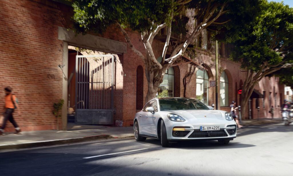 STOR: Panamera er en stor bil. Eksteriøret har fått et løft sammenliknet med forgjengeren og ser nå nettere og mer sporty ut. Foto: Porsche