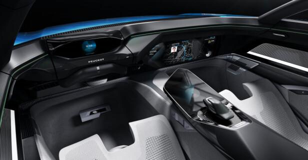 HANDS OFF: Grensesnittet mellom menneske og maskin (I-Cockpit), minner om førermiljøet i vanlige biler - men rattet kan trekkes inn når det ikke er nødvendig og bilen kjører helt av seg selv.