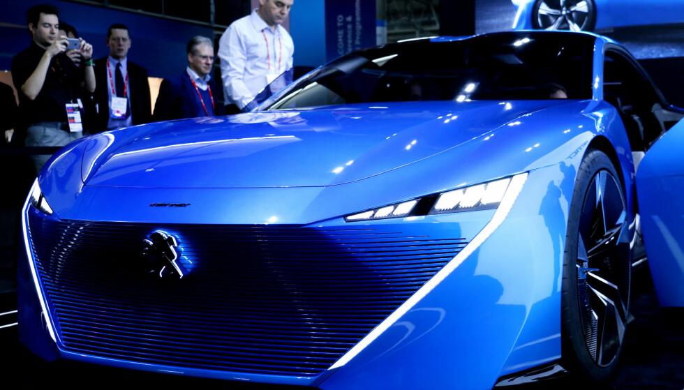 VI ER DER: Dinsides utsendte får oppleve den oppsiktsvekkende konseptbilen på standen i Barcelona. Den har et rimelig sultent uttrykk... Foto: Ole Petter Baugerød Stokke