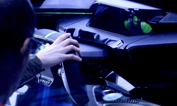 HANDS ON: Konseptbilen skal gi publikum innsikt i hva slags bilfremtid vi kan vente oss noen år: Stadig mer autonom, oppkoblet og miljøbevisst. Foto: Ole Petter Baugerød Stokke