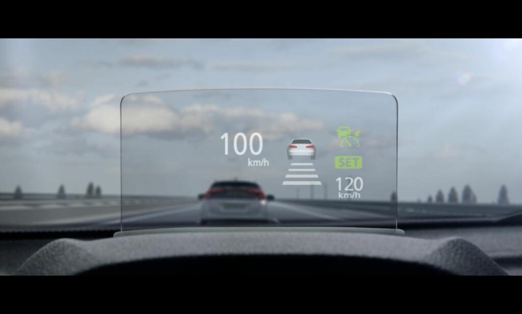 MIDT I SYNET: Også Mitsubishi har innført en HUD (projisering av vesentlige data i synsfeltet eller Head up display). Som de fleste folkelige biler har man valgt den rimeligere løsningen med en plastplate over dashbordet foran frontruten. Foto: Mitsubishi