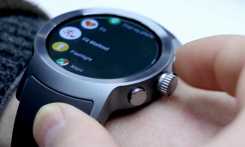 SPORTY: LG Watch Sport er den mest maskuline av de to klokkene. Style har færre funksjoner, men er til gjengjeld nettere og lettere. Foto: Ole Petter Baugerød Stokke