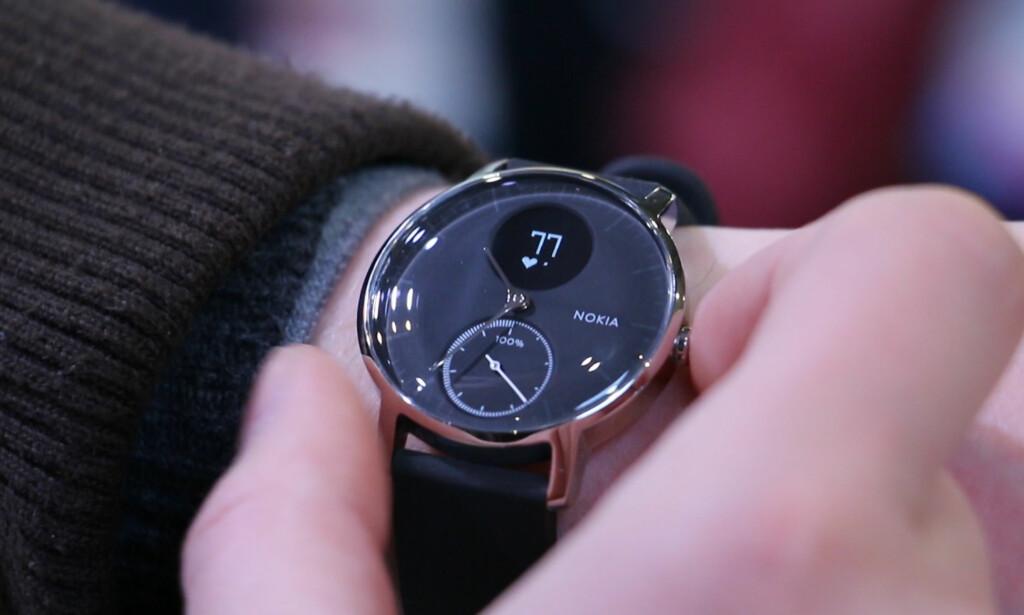 (SMART)KLOKKE: Den ser nesten ut som et tradisjonelt armbåndsur, men under glasset skjuler det seg flere smarte funksjoner. Foto: Ole Petter Baugerød Stokke