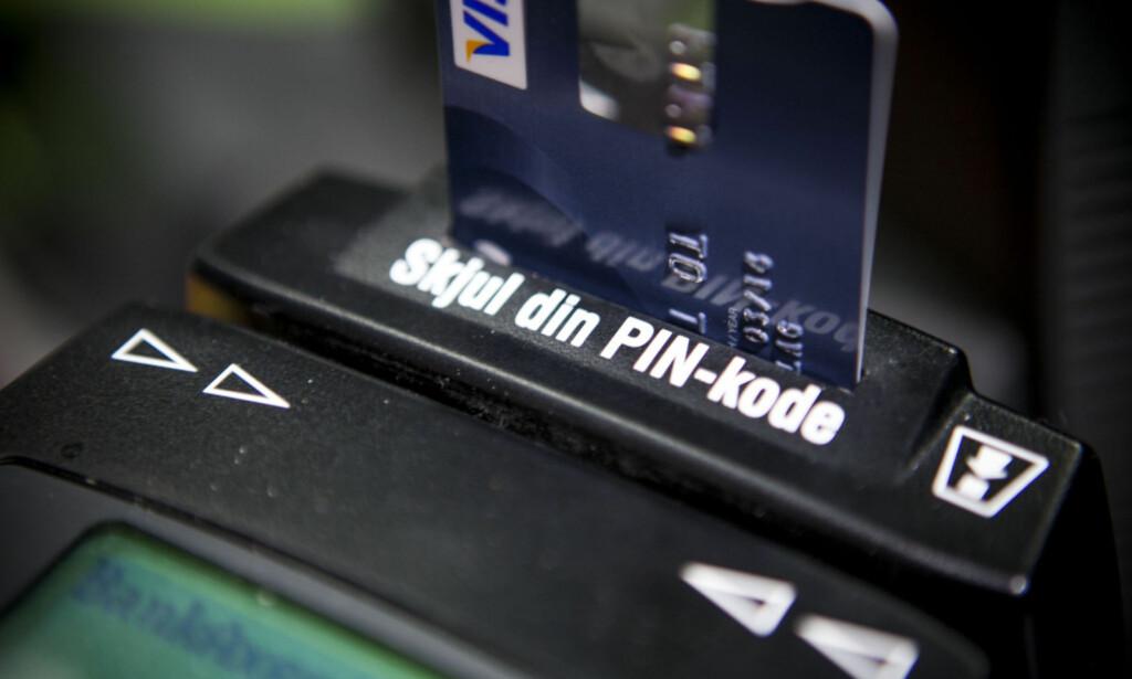 UTTAK MED BANKKORT: Tar du ut penger i butikken når du handler, slipper du normalt unna gebyrer. Foto: Per Ervland